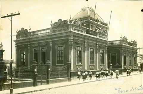 Fotografia do prédio da Antiga Escola Normal, atual Museu Regional de Arte. Reprodução: Facebook.